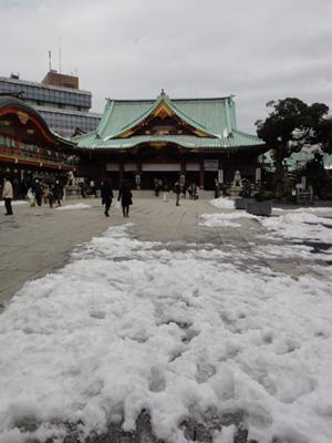 雪が残ってる神田明神