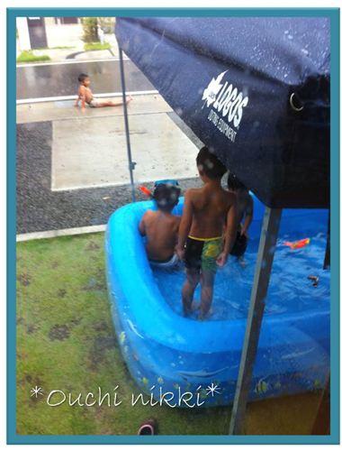雨のプール。_R