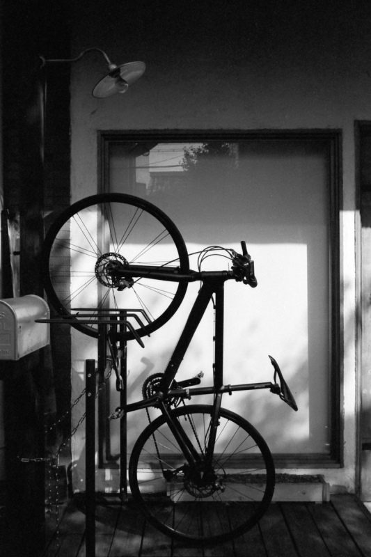 立ち上がる自転車