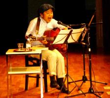 歌う佐藤努さん