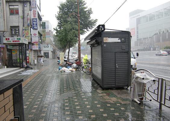1 雨 地下鉄・清涼里駅の入口