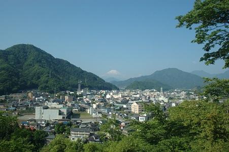 岩殿城跡入り口からの富士