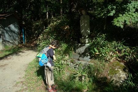 福ちゃん荘の脇にあった石仏