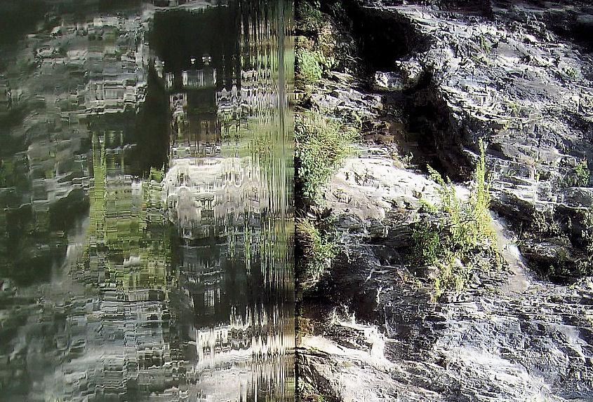 水面に映る岩 撮影 松田光司
