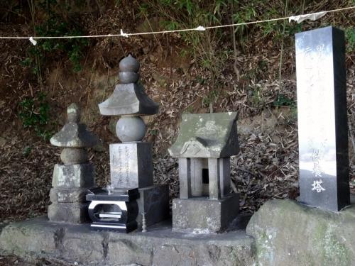7新羅三郎の墓 (1200x900)