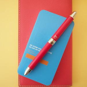 下のピンクの革は私用のスケジュール手帳。
