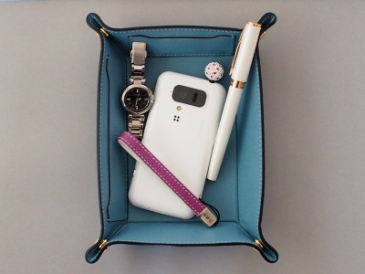 スマートフォンのストラップもオオバセイホウ製です。表がパープル×内側がホワイトという、革小物にしては珍しい配色が気に入っています。