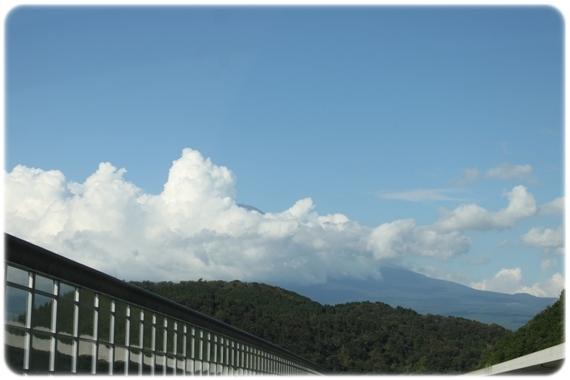 雲に隠れた富士