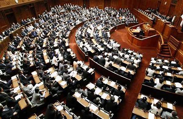 日本の憲法改正論議、国会議員と...