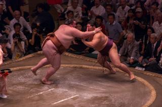 満員御礼での相撲は一段と盛り上がります