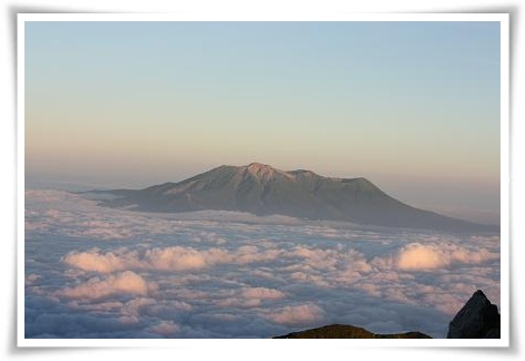 雲海に浮かぶ御嶽山