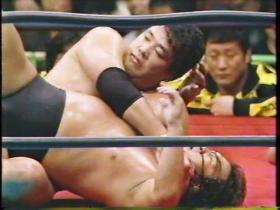 リングに戻ると鶴田はコブラツイストからグランドへ、