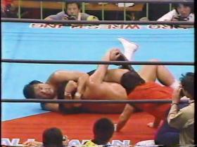 長州は足首を極めに行くが鶴田も首を取る