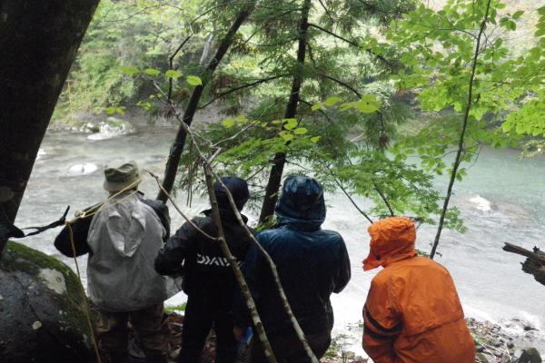 川面を見つめる参加者
