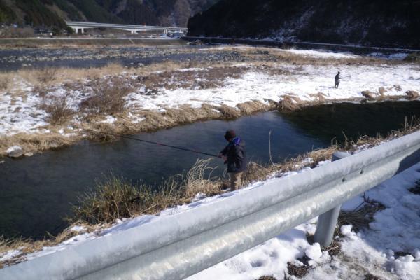 中元橋下流の釣り人