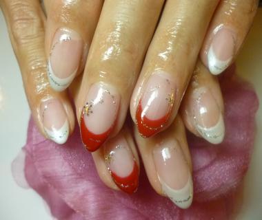 2013ネイルデザイン 白×赤きれいフレンチネイル キラキラ雪アートネイル ネイルサロンマジーク