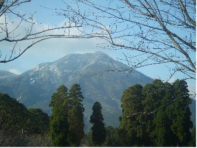 年内に雪をかぶる夷守岳