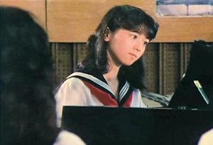 ピアノを弾く妙子