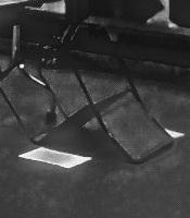 s08倒れた椅子02