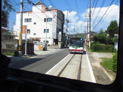 軌道線上を走るバス