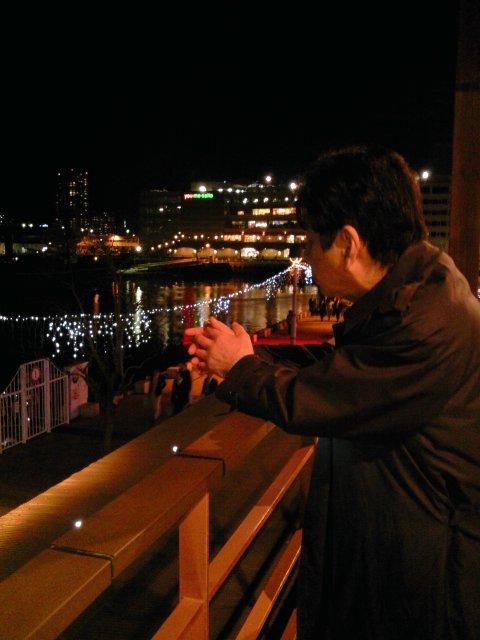 港の夜景を見る.