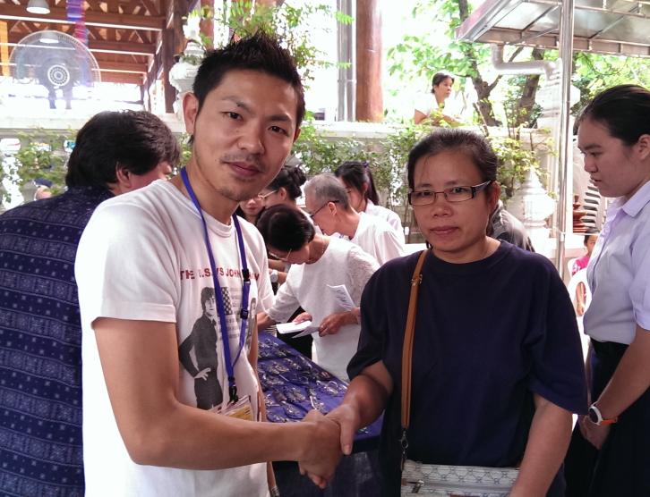 タイメガネボランティア2013握手
