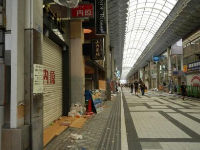商店街の朝は昨日の祭りの残骸が・・・