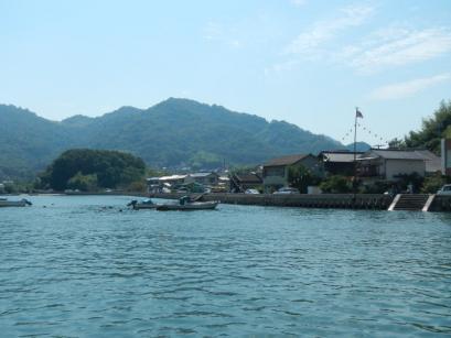 瀬戸内海の小さな島々を経由して