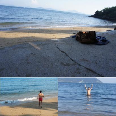 服を脱ぎすて海に入る人