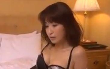 【小野真弓】魅惑のランジェリー姿を公開