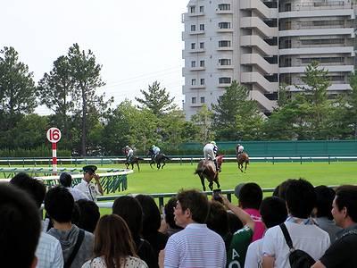 待機位置へ向かうCBC賞出走馬たち