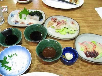 テーブルに並んだ鯨料理