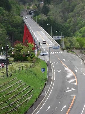 県境のトンネルを望む