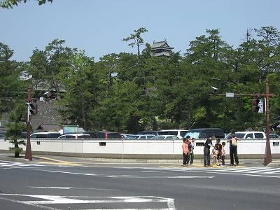 好天の松江城付近