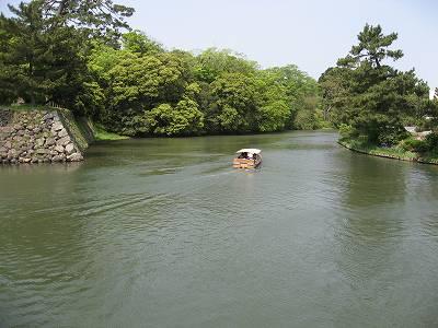 松江城内堀を行く遊覧船