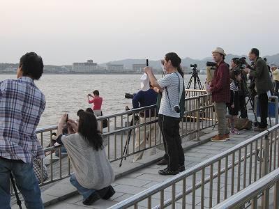 宍道湖の夕日を狙うアマチュアカメラマンたち