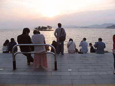 宍道湖夕日スポットで思い思いに過ごす人々