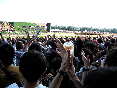 G1ファンファーレに拍手する観客たち