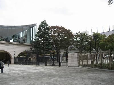 東京競馬場正門付近