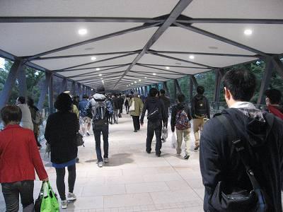 府中競馬正門前駅への通路