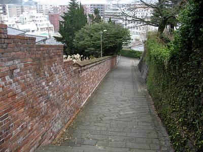 オランダ坂奥の坂から下界を望む