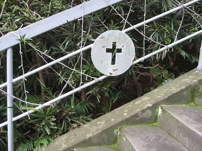 手摺にあしらわれた十字架