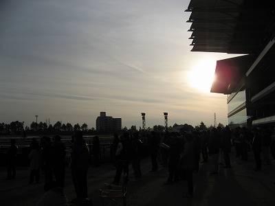 夕暮れ迫る中京競馬場