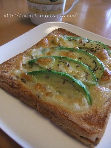 アボカドとクミンのチーズトースト
