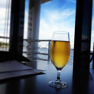 海を眺めてビール