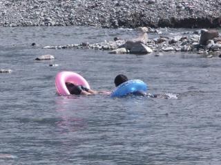 泳ぐ子どもたち