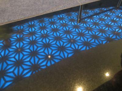 天井のモザイクが床に見えたりして…