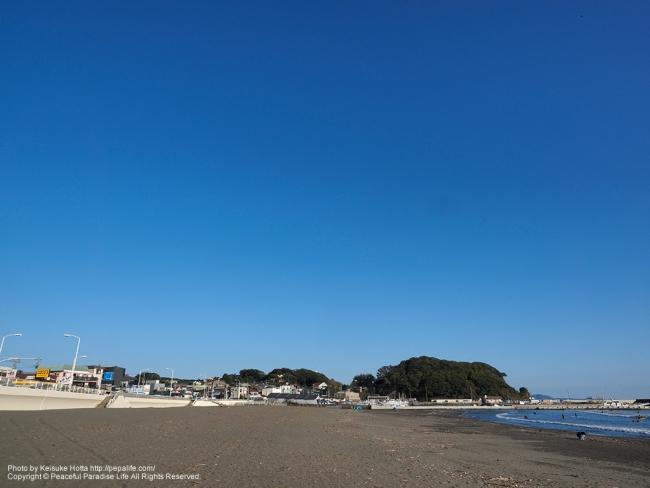 オリンパスブルーな秋空の腰越海岸 [A] SS1/250 F11.0 ISO100
