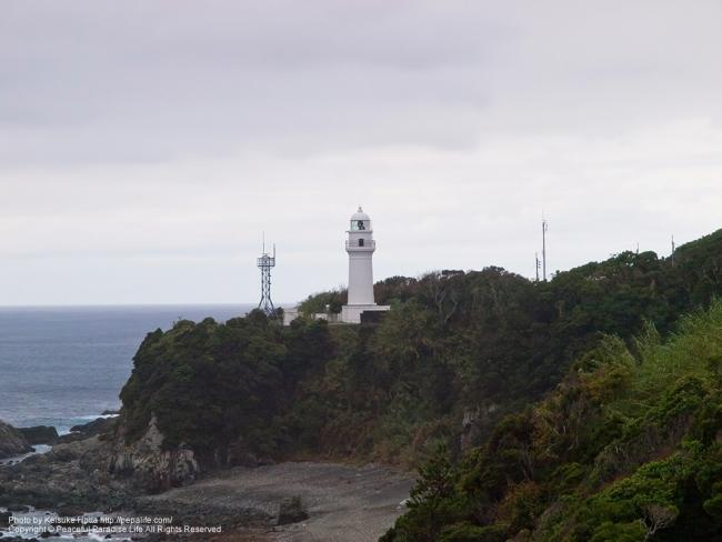 潮岬灯台を望む
