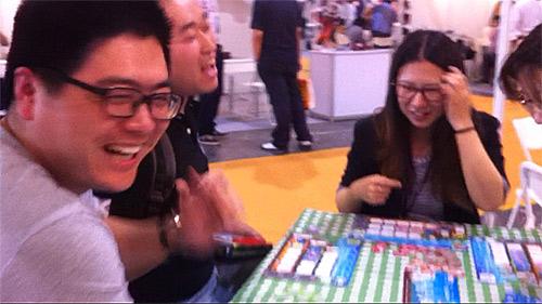 IEBG バスストップボードゲームで遊ぶ上海のお客さん